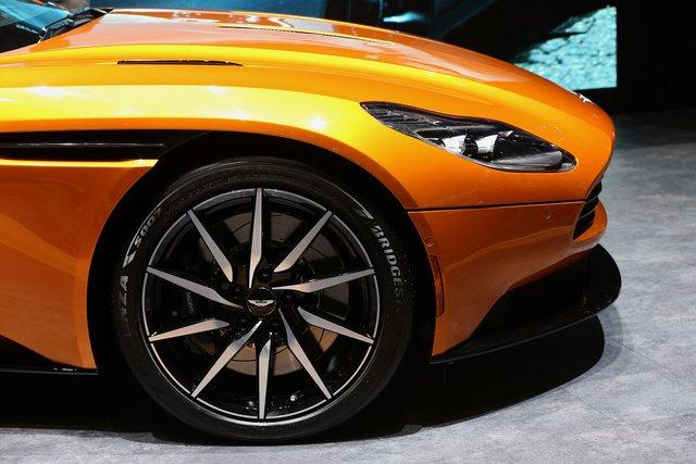 Aston Martin DB11 с шинами Bridgestone Potenza S007